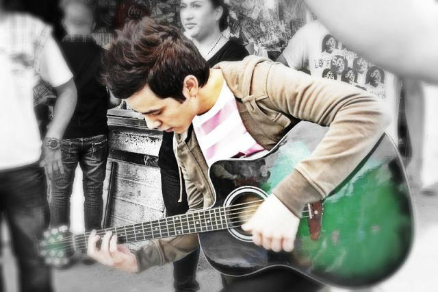 david-archuleta-aka-josh-bradley-playing-guitar-nandito-ako-cr-kari